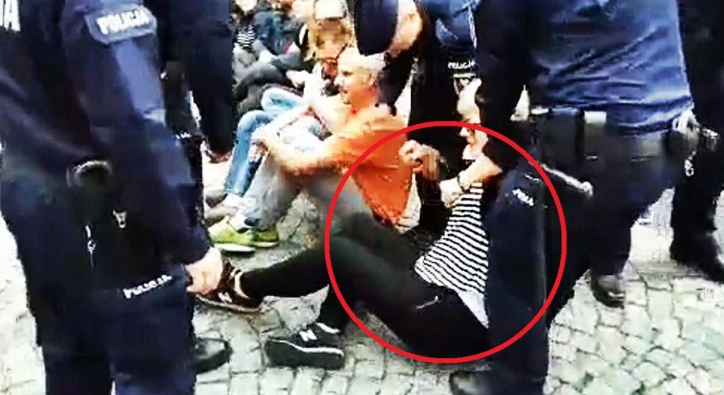 Dantejskie sceny na blokadzie KOD. Policja szarpała starszych ludzi (VIDEO)