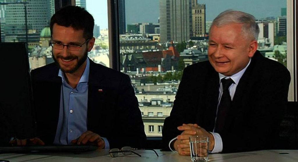 """""""Młody"""" Kaczyńskiego wyszedł z cienia. Co ich łączy?"""