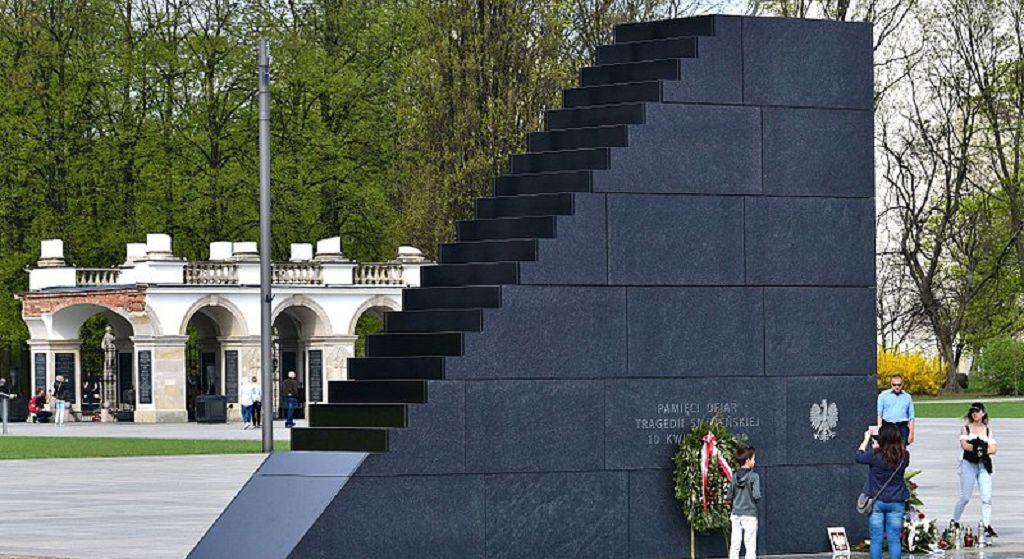 Ogromna afera! Pomnik smoleński w Warszawie zbezczeszczony, Kaczyński w furii