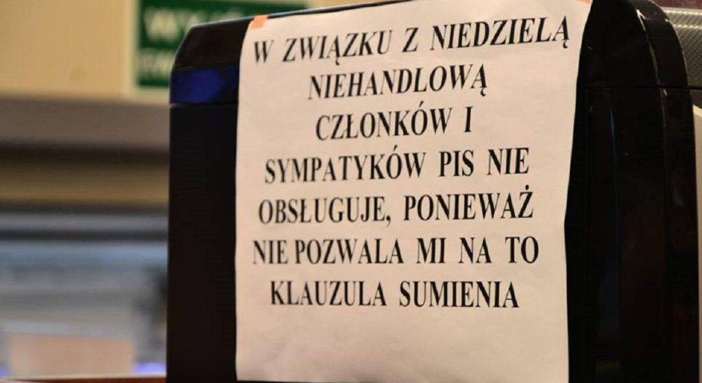 """""""Sympatyków PiS nie obsługujemy"""". Kontrowersyjne rozporządzenie na drzwiach Żabki"""