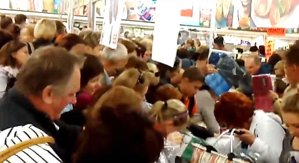 Promocja Biedronki to prawdziwy hit! Ludzie rzucają się na towar, jakby był za darmo