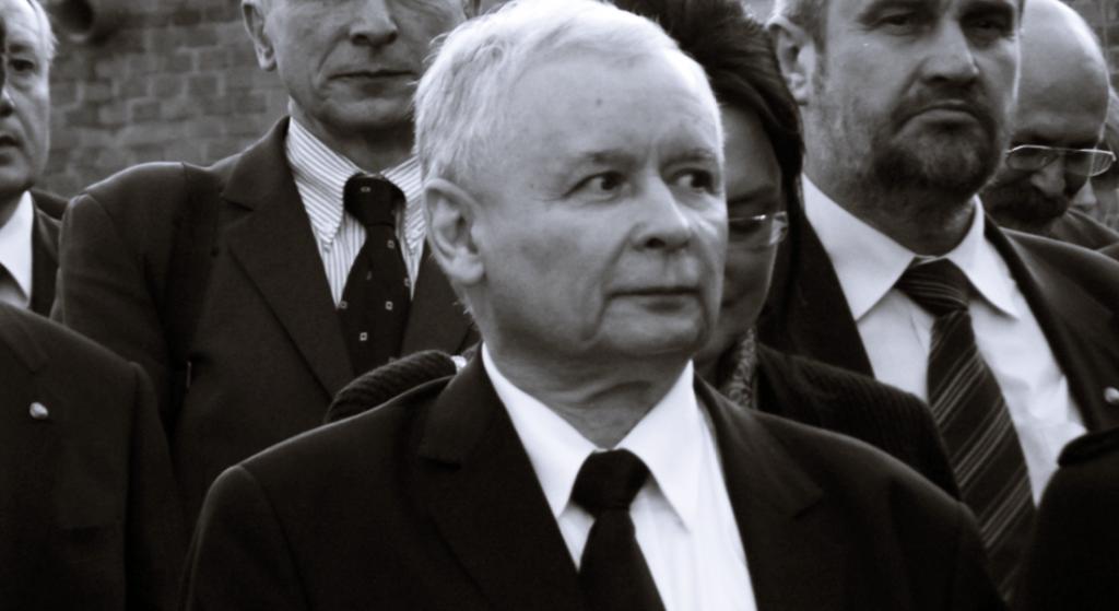 Chory Jarosław Kaczyński pogrążył się w smutku na pogrzebie