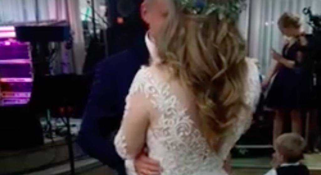 Uwielbiany gwiazdor disco polo zaskoczył na własnym weselu! Polały się łzy
