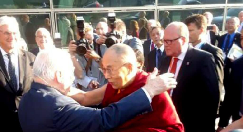 Lech Wałęsa spotkał się z Dalajlamą. Takiego przywitania nie mógł się spodziewać