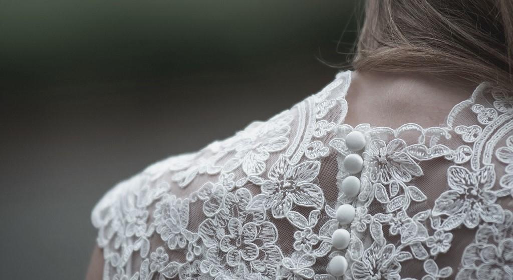 Pulchna panna młoda chciała przymierzyć suknię ślubną. Ekspedientki ją poniżyły