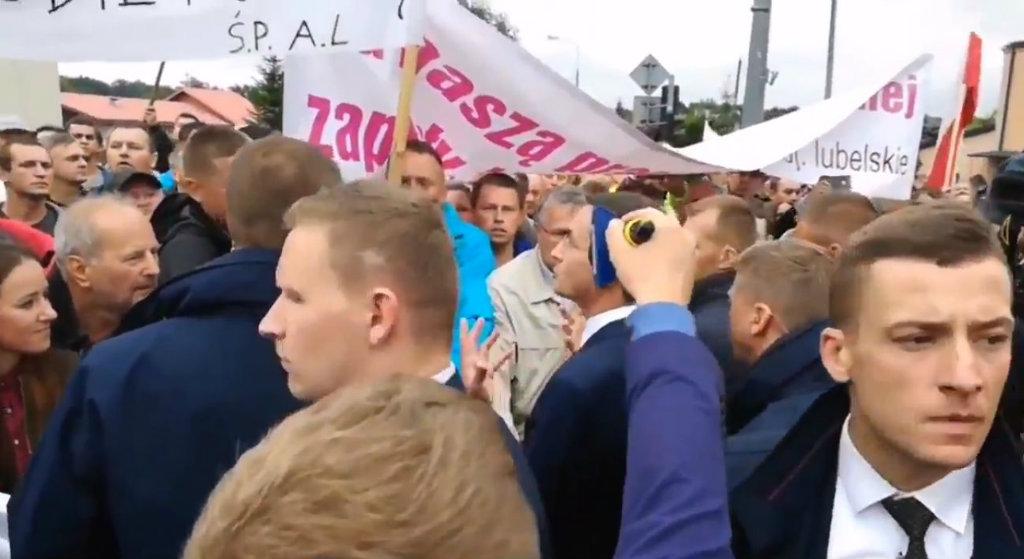 """""""Tego nie pokażą w TVP"""". Morawiecki musiał uciekać przed protestującymi"""