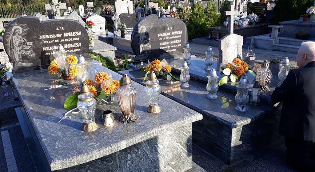 Lech Wałęsa klęczy przy grobie. W sieci zawrzało