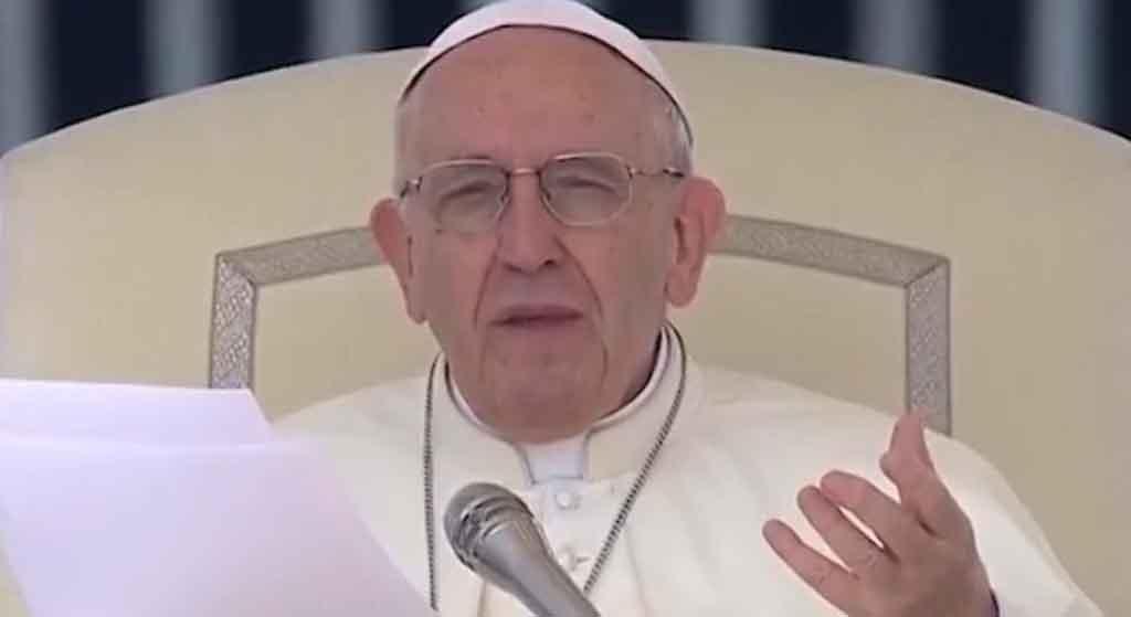 Wierni błagają Franciszka by tego nie robił. Grozi mu śmierć, ale i tak to zrobi