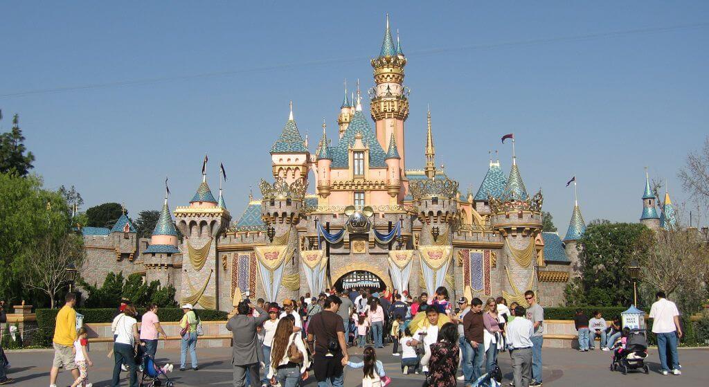 Rodzice w furii atakują Disneyland! Dzieci bawiły się otoczone ludzkimi prochami