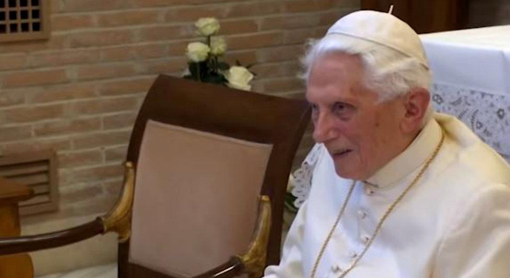 Benedykt XVI wreszcie przerwał milczenie! Wiernych zamurowało