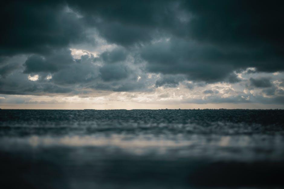 Dziennikarka TVN na środku morza błaga o modlitwę. Trwa straszny sztorm