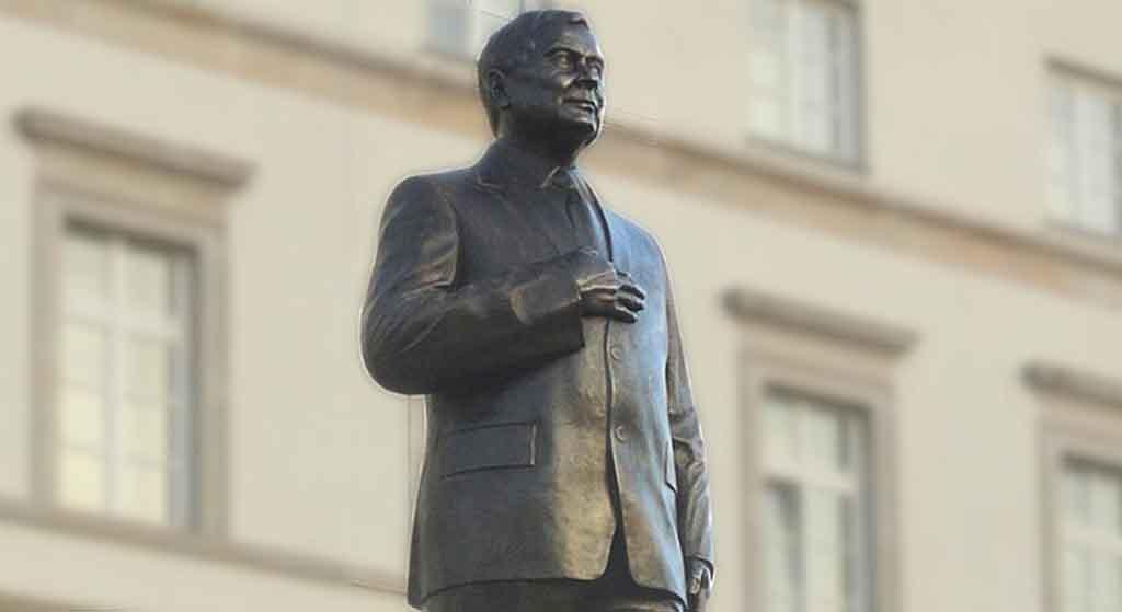Grób legendarnego bohatera Polski w opłakanym stanie! Przez hucpę z pomnikiem Kaczyńskiego?!