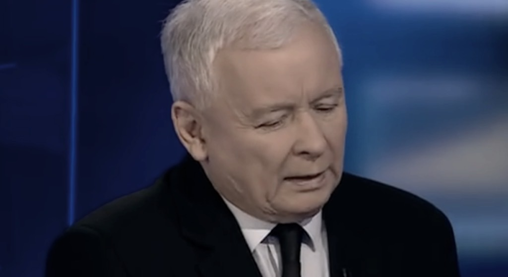 Kaczyński w niesamowicie ciężkiej żałobie. Nie może się z tym pogodzić, głos mu się łamie