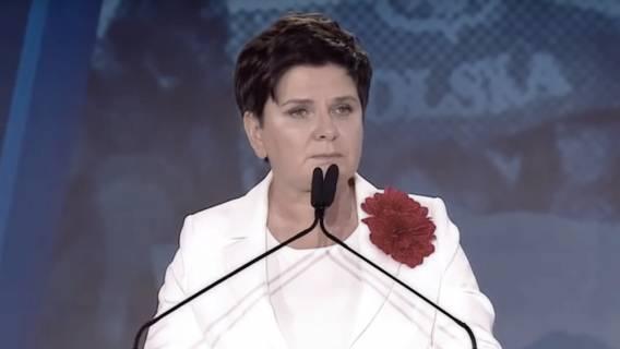 Beata Szydło modli się do Boga. Jest zdruzgotana