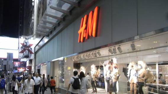 HK_Central_night_Queen's_Road_H&M_Crawford_House_sidewalk_clothing_shop_window_visitors_Aug-2010