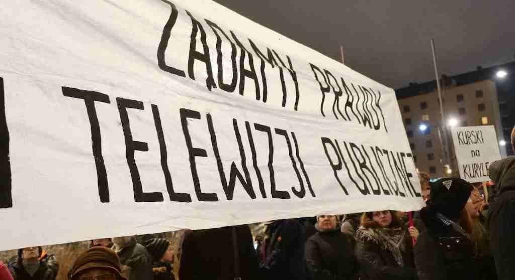 Ludzie protestują pod siedzibą TVP. Żądają prawdy w telewizji publicznej