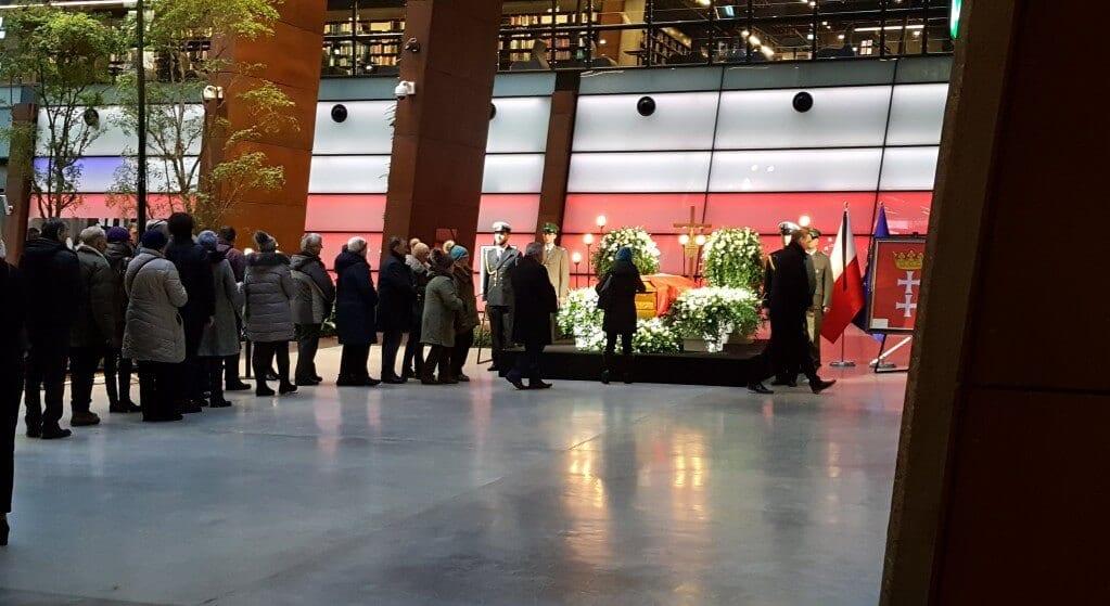 W nocy tysiące Polaków pokazało niezwykłe poświęcenie. Wszystko dla Pawła Adamowicza