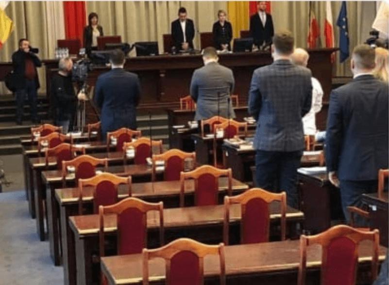 Politycy PiS nie uczcili pamięci Pawła Adamowicza. Skandal na sesji rady miasta