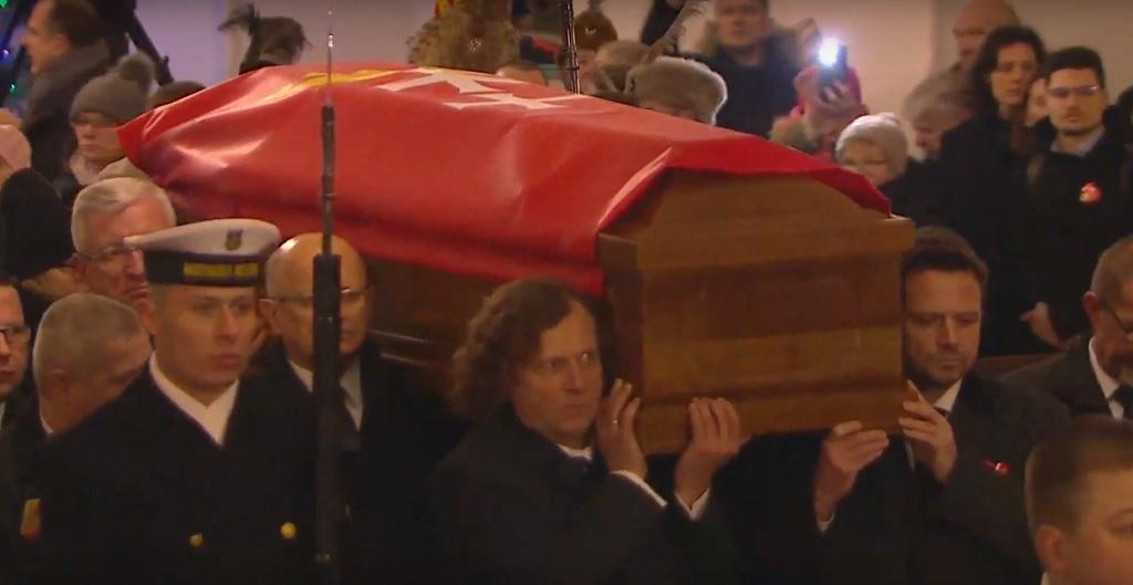 Afera! Widzowie atakują TVN i Polsat za to, co zrobili przed pogrzebem Adamowicza