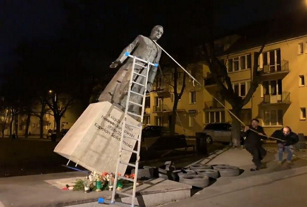 Pomnik księdza Jankowskiego w Gdańsku obalony nocą!