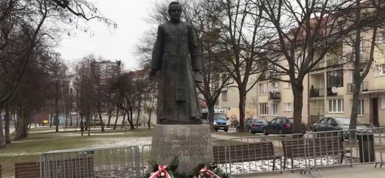 Pomnik Jankowskiego znowu stoi. Nielegalna akcja zwolenników prałata