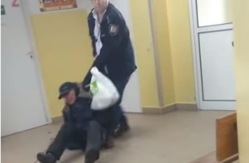 Niepełnosprawny bezdomny chciał się zbadać. Potraktowano go w okrutny sposób