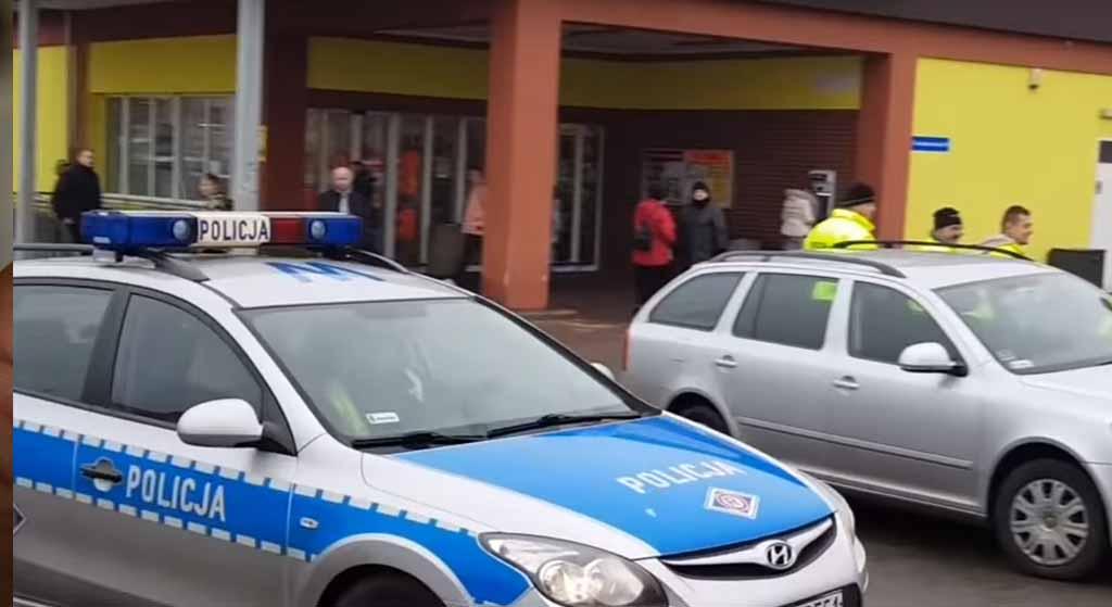 Wielka awantura przed Biedronką. Nagle z BMW wysiadło 5 mężczyzn, 6 radiowozów w akcji