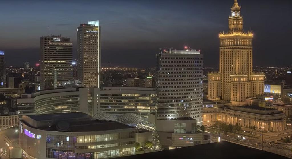 Ile się zarabia w Warszawie? Mieszkańcy mniejszych miast mogą się mocno zdziwić
