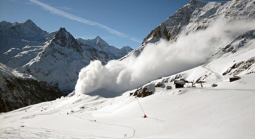 Lawina w Aplach, pod śniegiem mogą być ludzie! Rozpoczęto ogromną akcję poszukiwawczą