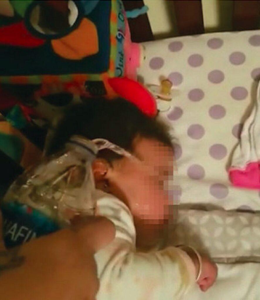 Matka leje wodę na 9 miesięczną córeczkę. Dziecko się dusi, a ona umiera ze śmiechu