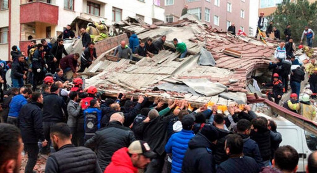 Runął kilkupiętrowy budynek w Stambule. Pod gruzami są ludzie