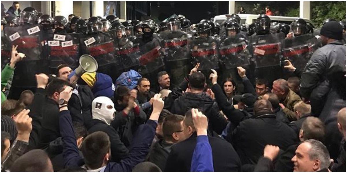 Serbowie mają dość swojej władzy. Wdarli się do siedziby telewizji publicznej