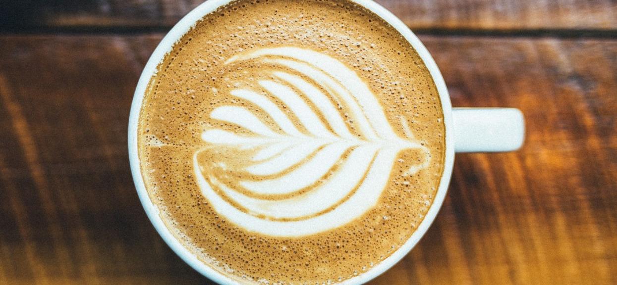 Kawa z mlekiem może uratować Ci życie. Sprawdź, dlaczego!