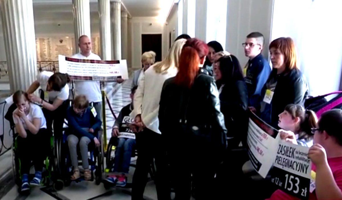 Niepełnosprawni wrócą do Sejmu na protest. Poznaliśmy datę, Kaczyński będzie wściekły