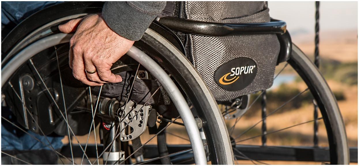 """Mniej pieniędzy dla niepełnosprawnych. """"Rząd odkłada na obietnice Kaczyńskiego"""""""