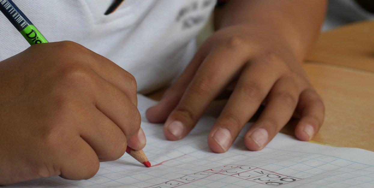 """Szkoła zorganizowała """"dzień dorosłych"""". Dzieci uczą się NAPRAWDĘ przydatnych rzeczy, jak zmiana koła w aucie"""