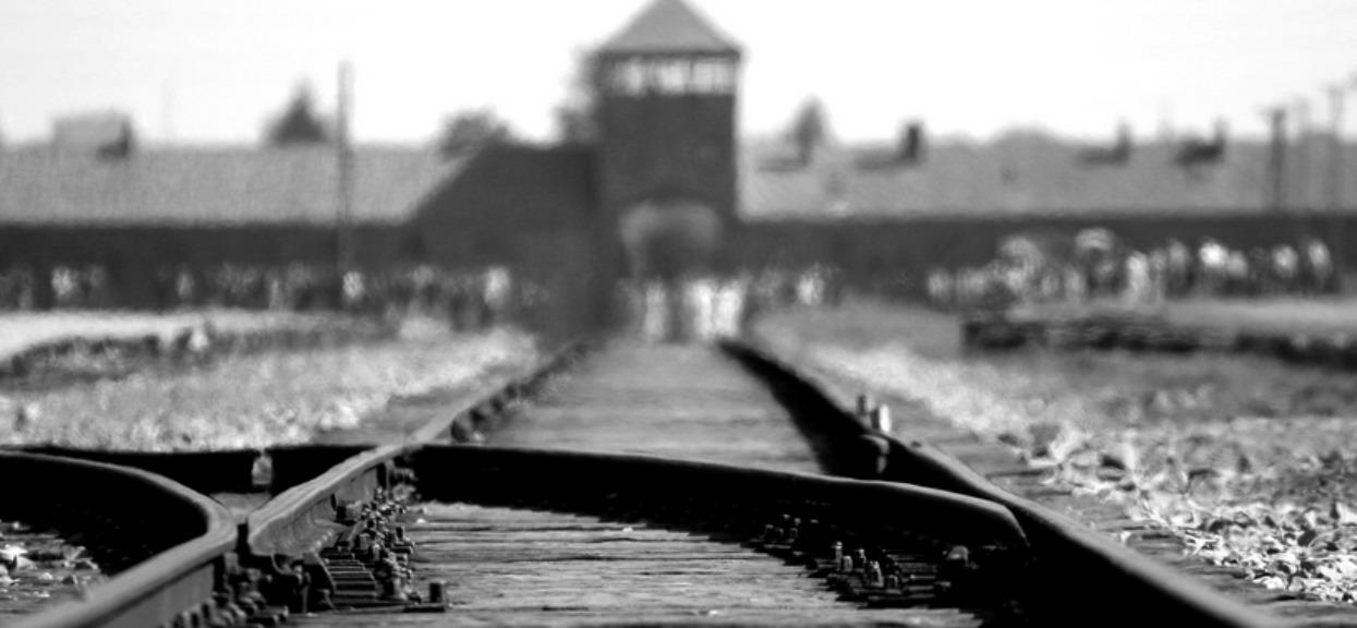 """Pojechali do Auschwitz. Zaczęli pozować i robić sobie """"zabawne"""" fotki"""