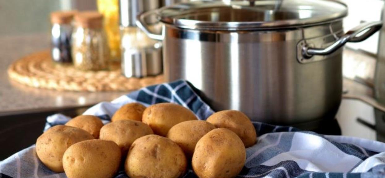 Jak gotować ziemniaki w mundurkach? Są naprawdę przepyszne