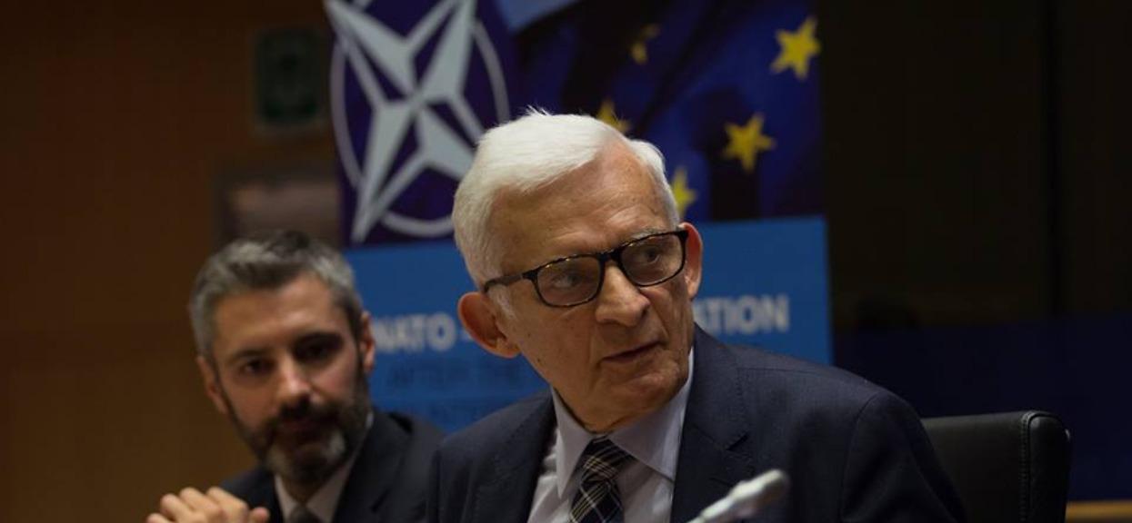 Były polski premier zbiera śmieci. Został sfotografowany, zdjęcie podbija sieć