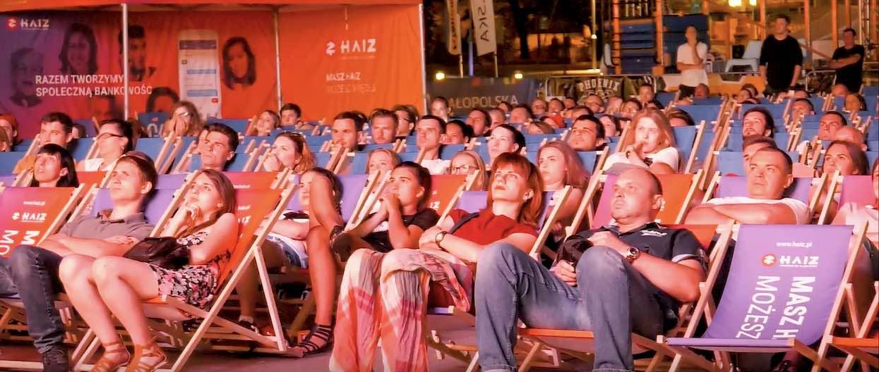 """Kino letnie zyskuje popularność. Gdzie oglądać filmy """"pod chmurką""""?"""