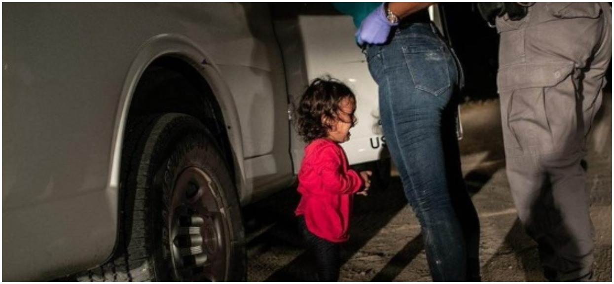 Płacz dziewczynki poruszył ludzi na całym świecie. Dziś wiemy, jaka historia stoi za zdjęciem