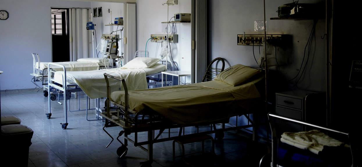 Iwonę bolała noga, lekarze odesłali ją do domu. Teraz walczy o życie, skandal w szpitalu
