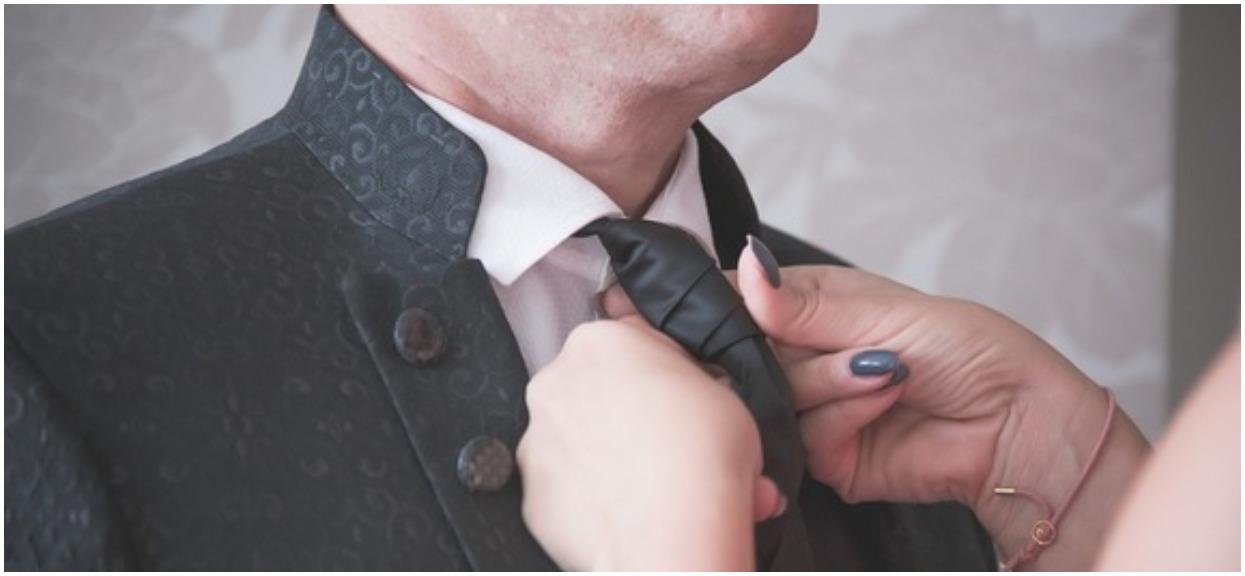 Jak zawiązać krawat na kolanie? Łatwiej niż tradycyjnie
