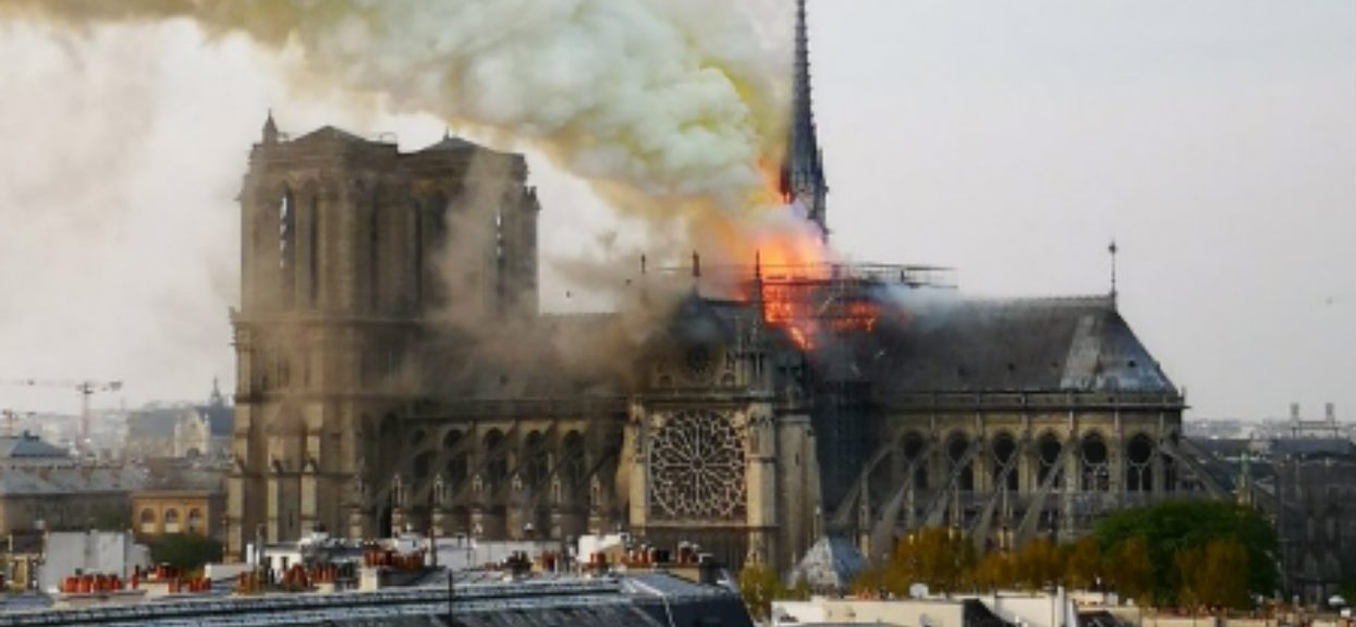 Koszmarna wiadomość. Ogromny pożar trawi katedrę Notre Dam, przerażające nagranie (VIDEO)