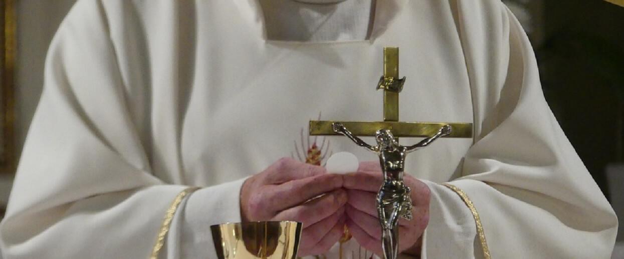 Polski ksiądz oszalał w Wielkanoc. Darł flagi i wyzywał ludzi, dantejskie sceny w kościele