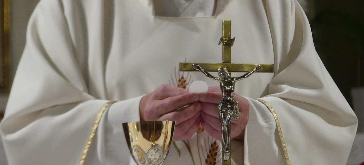 """""""Wśród skazujących Jezusa na krzyż są osoby popierające LGBT"""". Słowa księdza wywołały wielką burzę"""