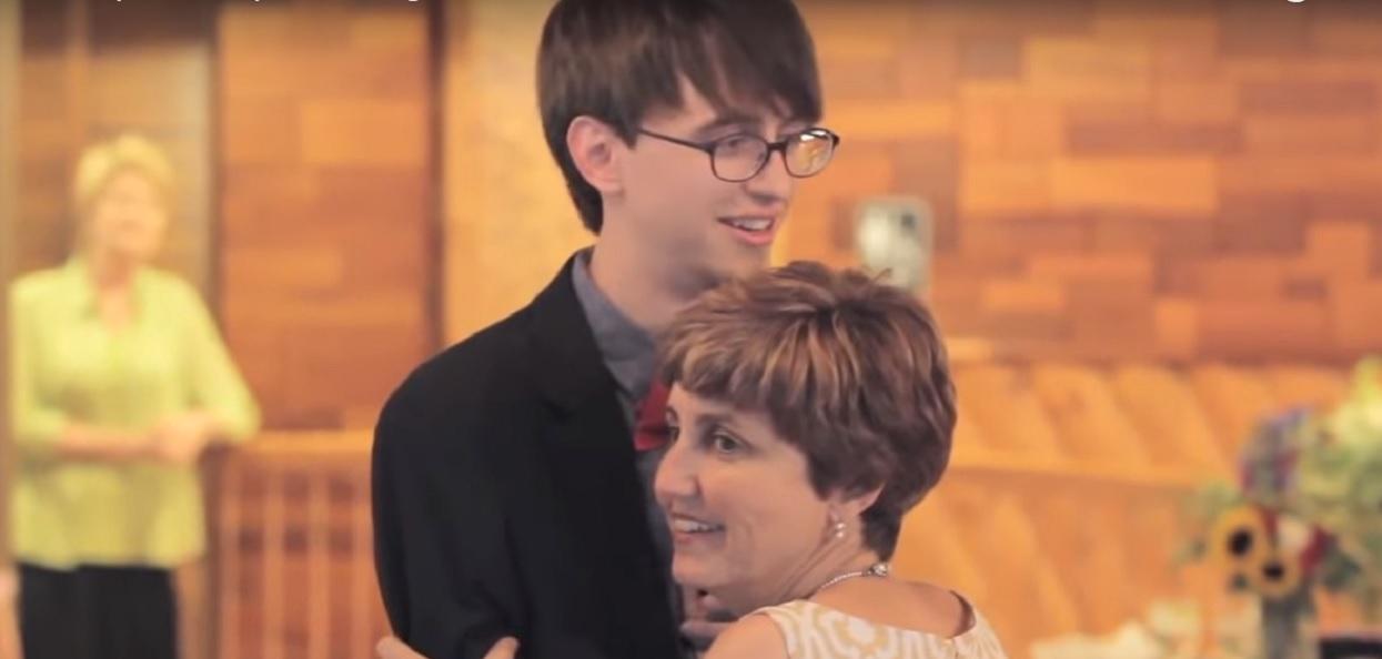 """Pan młody, z twarzy """"Harry Potter"""" nagle zamienił ślub w coś, czego nie da się opisać. Mama mu pomogła"""
