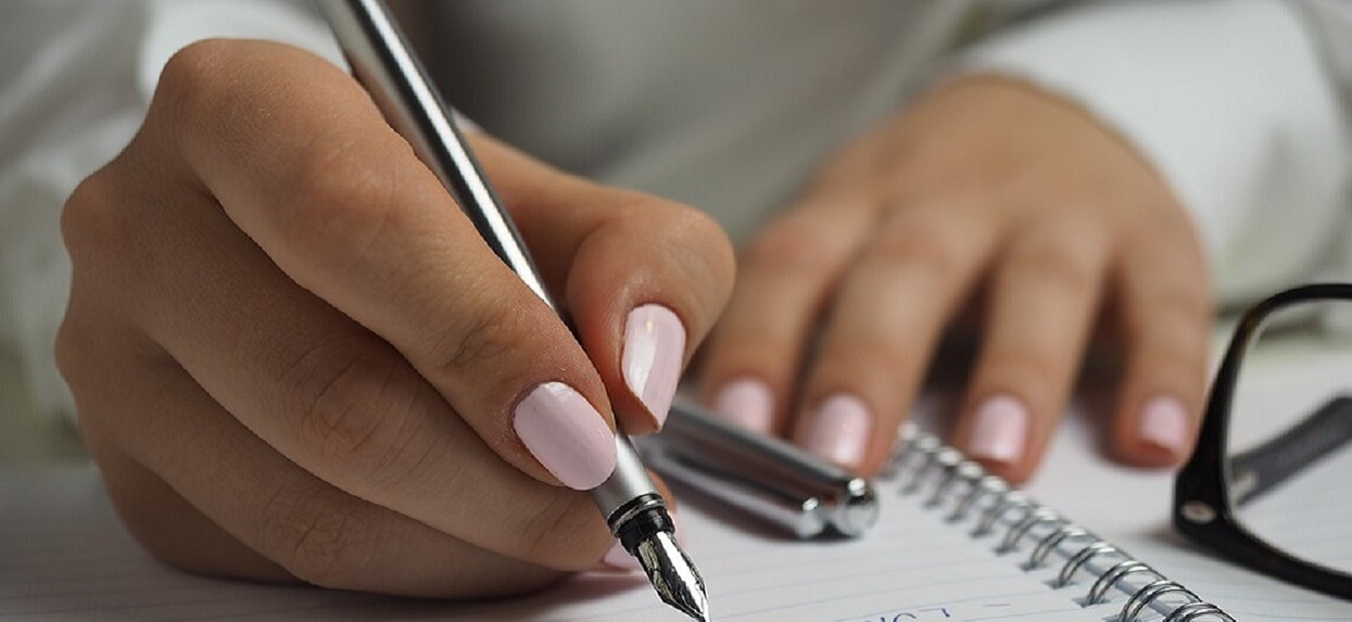 Jak wykonać paznokcie hybrydowe w domu? Najprostsze sposoby