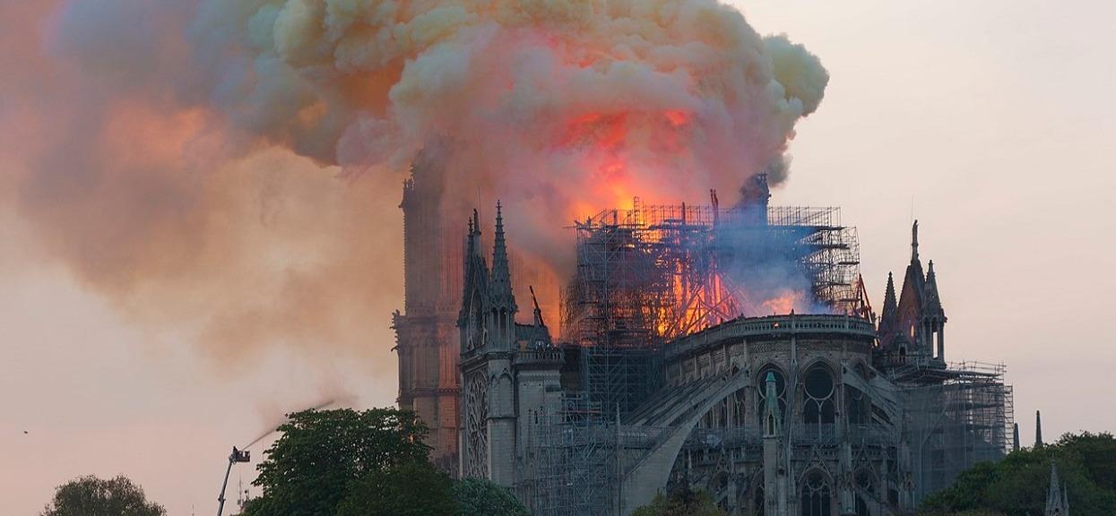 Media wszystko przemilczały. We Francji spłonęło wiele zabytkowych świątyń