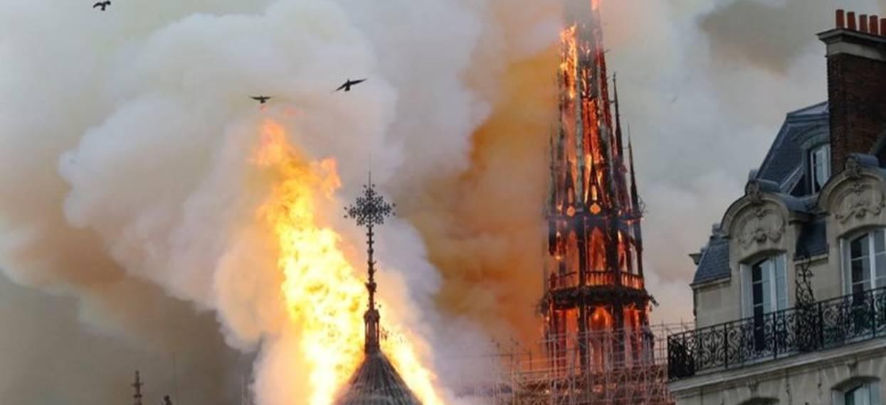 """Trwa protest przed katedrą Notre Dame. Przedstawiciele """"żółtych kamizelek"""" i bezdomni: """"My też potrzebujemy dachu nad głową"""""""